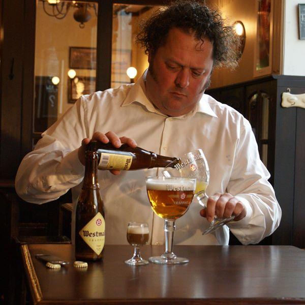 Arvid Bergström schenkt westmalle in. FSOM Biertest Drachten 1