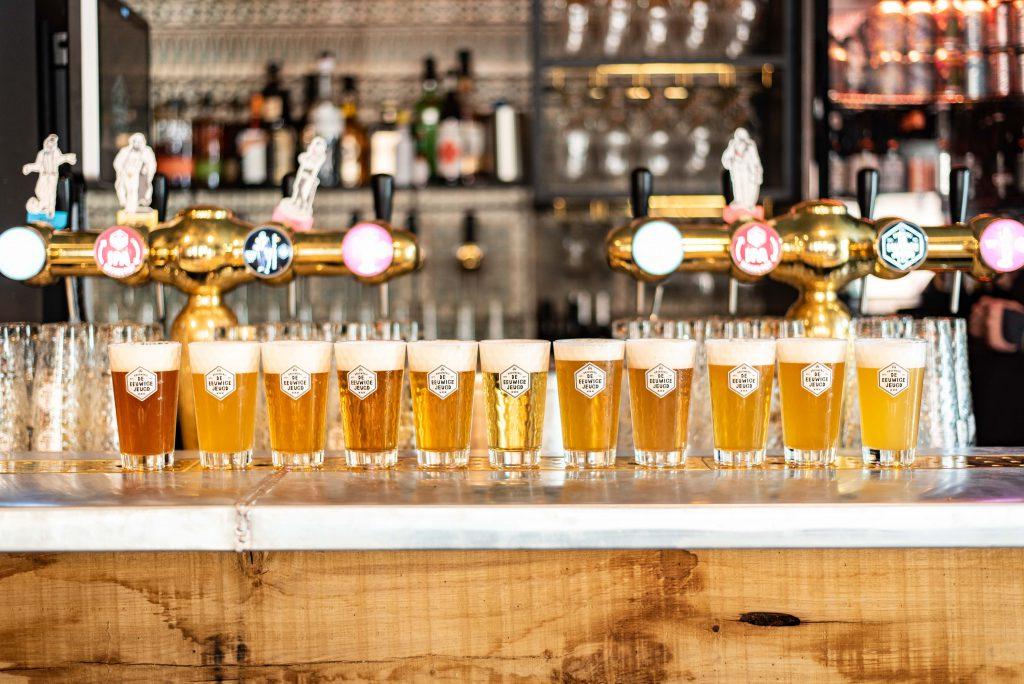 Tapperij van de Eeuwige jeugd door Thedutchbeerdad op FSOM. Alle eeuwige jeugd bieren op een rijtje op de bar.