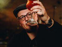 thedutchbeerdad kijkt aandachtig naar zijn bier