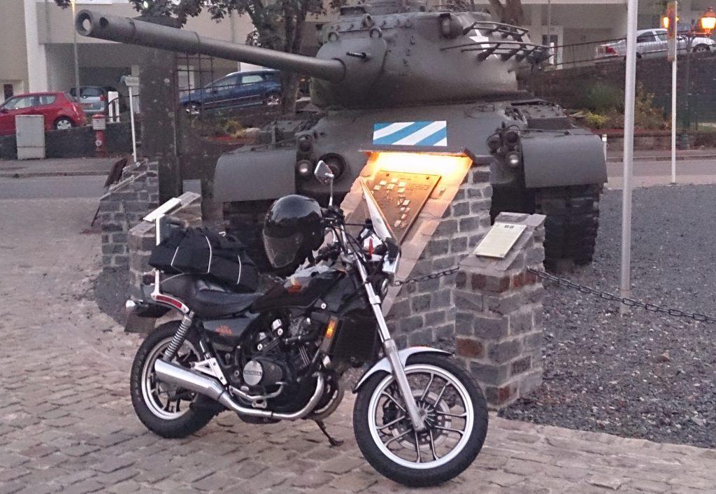 Mijn Honda VF500 in Luxemburg bij een Oorlogsmonument.