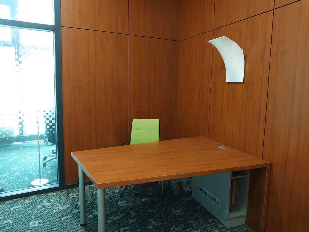Een blik in een kantoorruimte. Het oog wil ook wat! Naast duurzaam ondernemen is het ook de bedoeling dat je in een prettige ruimte kunt ondernemen. Bas ging op onderzoek en praat je bij op FSOM/