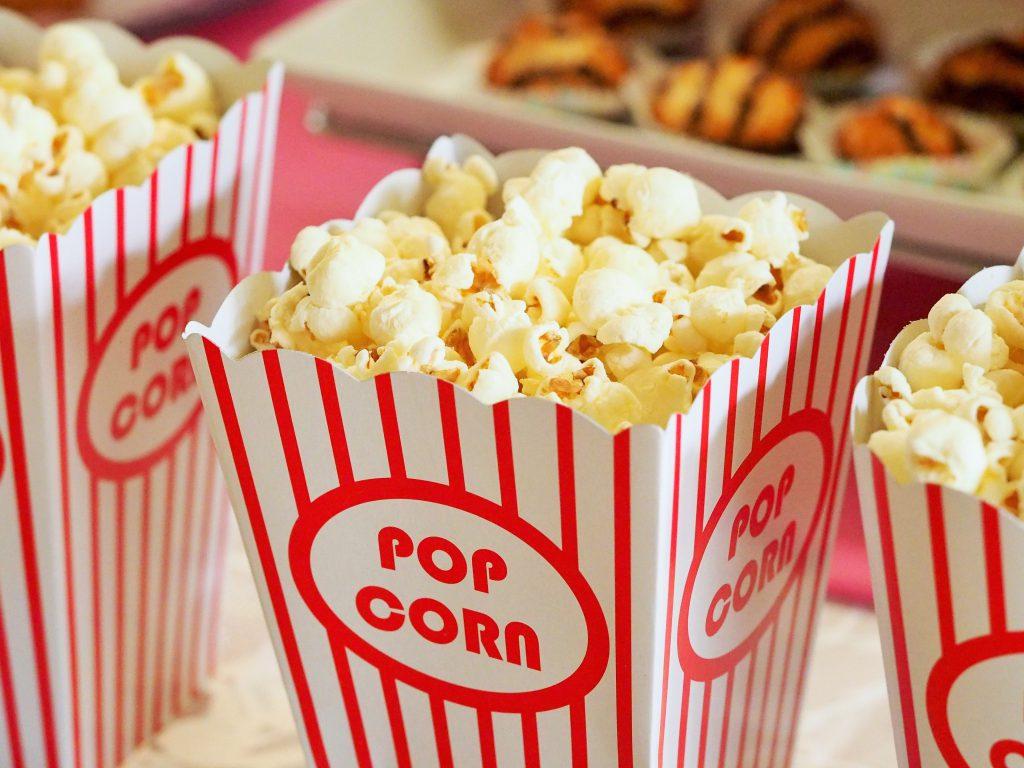 Foto van pixababy op pexels. Popcorn op FSOM door thedutchbeerdad. Welkom terug Drive-in bioscoop.