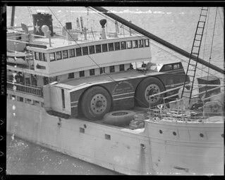 'Imposant voertuig al 60 jaar vermist op Antarctica' door TheDutchBeerDad op FSOM. Een foto van het vervoer per schip naar de Zuidpool.