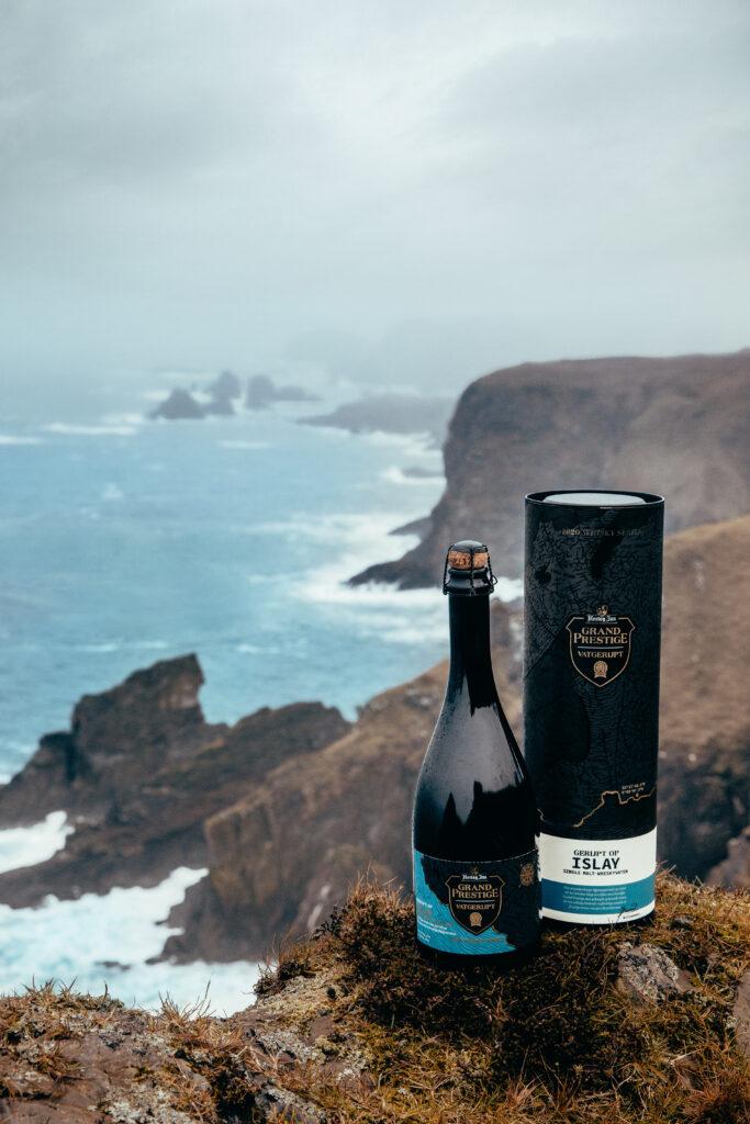 Afgelopen maandag was het zover, wij mochten een kijkje komen nemen in Arcen om de nieuwe Grand Prestige Vatgerijpt serie te aanschouwen.   Dit jaar was het de beurt aan Schotse Whisky vaten en TheDutchBeerDad ging erheen voor FSOM Magazine  Op deze afbeelding van Hertog Jan is de prachtige foto van de Islay versie te zien.