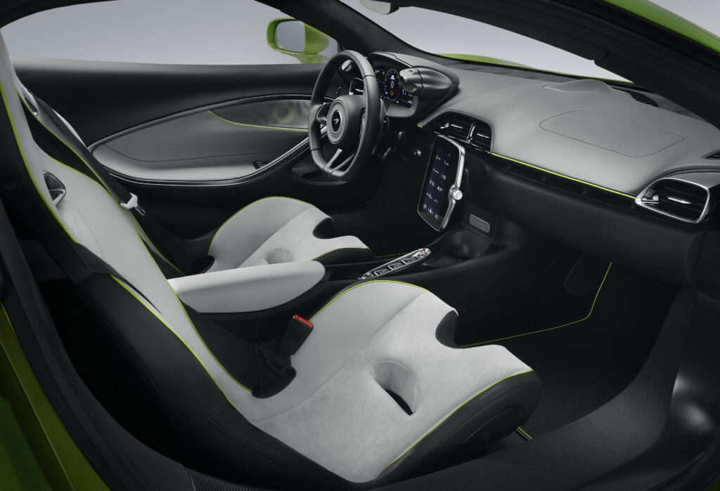 Binnen 8,3 seconden 200 km/h rijden kan in de allerzuinigste McLaren ooit! De Mclaren Artura is de Next Gen High Performance Supercar! - Cockpit Mclaren bij FSOM