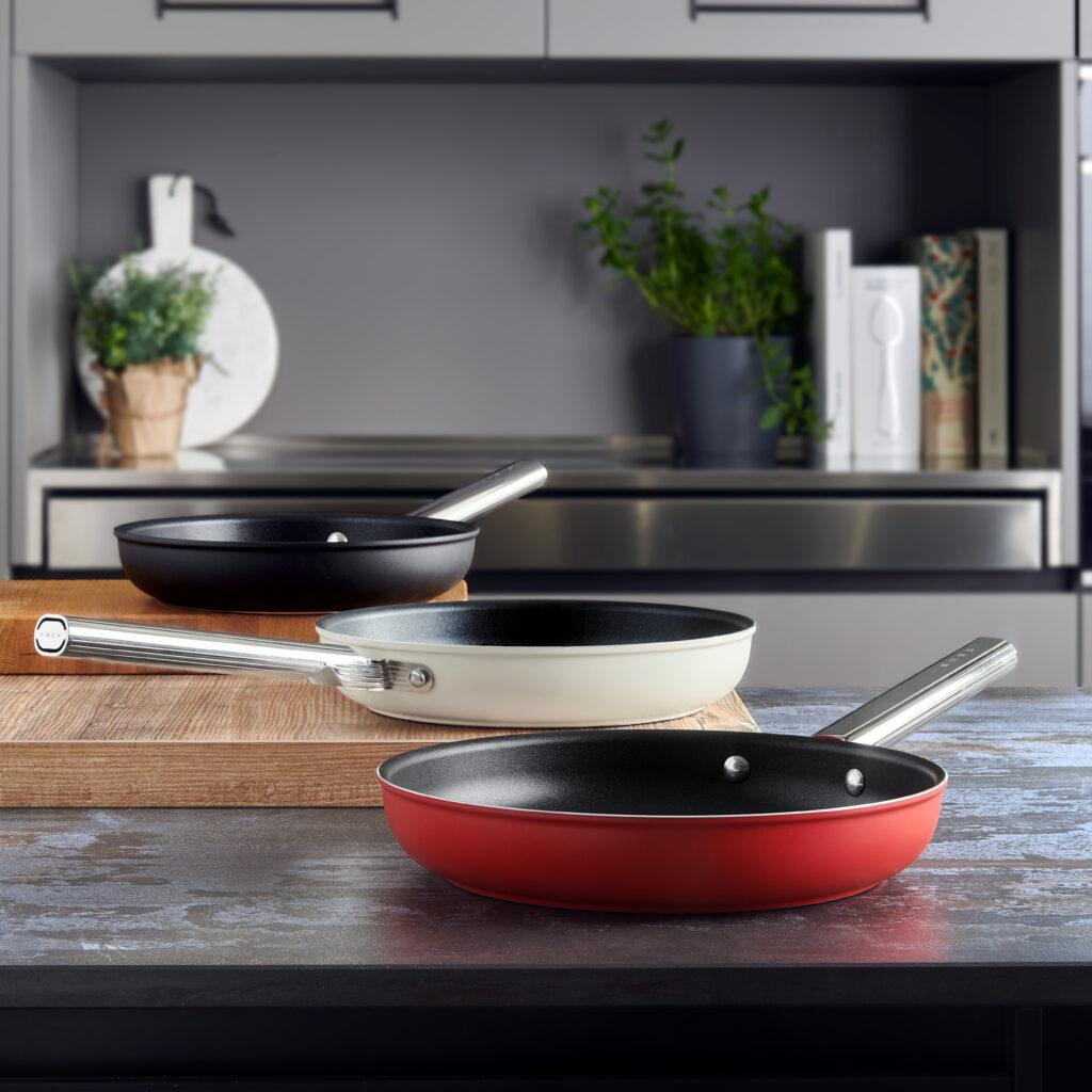 Met de fonkelnieuwe en duurzame pannenset van SMEG haal je oprecht een stukje kunst in je keuken. Where design meets food!