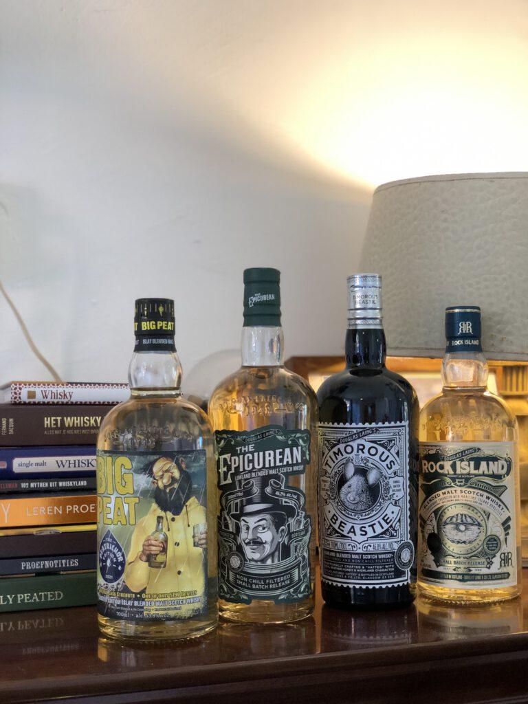 Rijtje whisky flessen met o.a Robbert zijn favoriet. Big Peat Whisky! Lees er alles over bij FSOM.