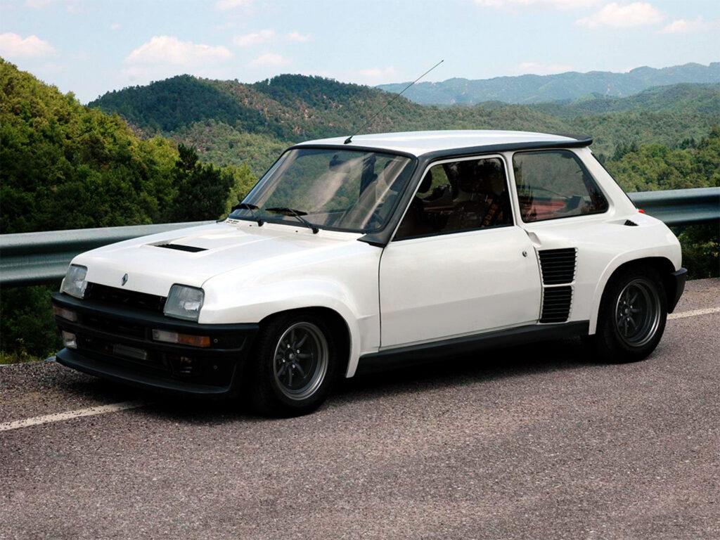 Feiten & Fabels over de wedergeboorte van de Reanult 5 lees je natuurlijk bij FSOM. want deze retrobak gaat wel heel erg gaaf worden!  Afbeelding van een witte Renault 5 turbo!
